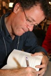 Yann Martel autografiando libros