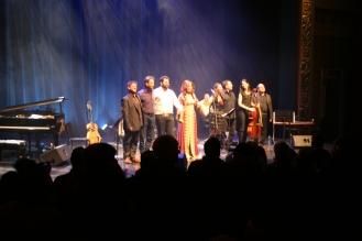 Mike Chriqui, Leila Gouchi y Bia Kreiger con los músicos