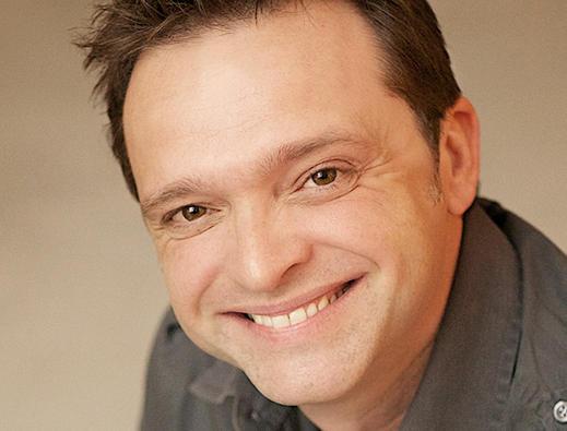 Serge Postigo, es George Banks, escenógrafo, traductor y adaptador de Mary Poppins